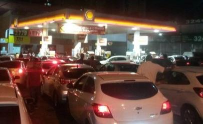 Promoção em posto de combustível de Goiânia vende gasolina e álcool a 81 centavos e atrai multidão