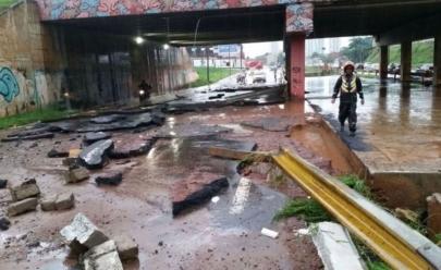 Marginal Botafogo é interditada após ter asfalto arrancado por temporal