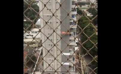 Vídeo flagra susto de trabalhadores atingidos por ventania em andaime de prédio em Goiânia