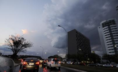 Frente fria chega com chuva e temperaturas mínimas de 10° em Brasília
