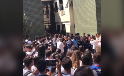 Vítima de bullying recebe homenagem de colegas na saída da escola e vídeo emociona