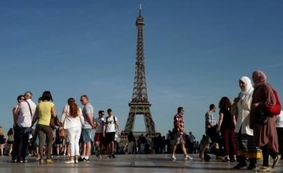 Torre Eiffel é fechada após homem tentar escalá-la