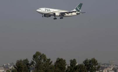 Avião com cerca de 40 pessoas a bordo cai no Paquistão