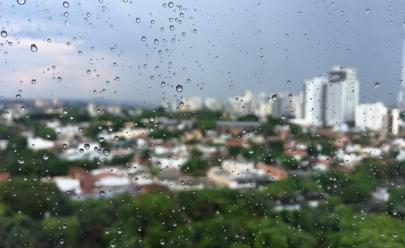 Tempo amanhece nublado e chuva cai em vários pontos de Goiânia