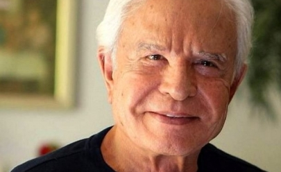 Aos 91 anos, Cid Moreira aparece em vídeo recebendo cuidados de sua esposa e internet morre de amores