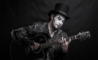 Fernando Anitelli apresenta o Teatro Mágico ao estilo voz e violão em Belo Horizonte