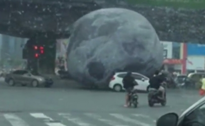 'Lua' gigante invade as ruas da China