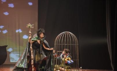 Espetáculo João e Maria encanta crianças no teatro em Goiânia