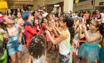 Escola de samba de Brasília anima bailinho de Carnaval para a criançada