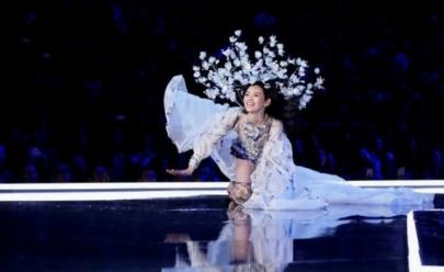 Modelo cai em desfile da Victoria's Secret e atitude de top brasileira chama atenção; assista