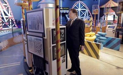 Silvio Santos visita exposição dedicada a ele em São Paulo no dia do seu aniversário