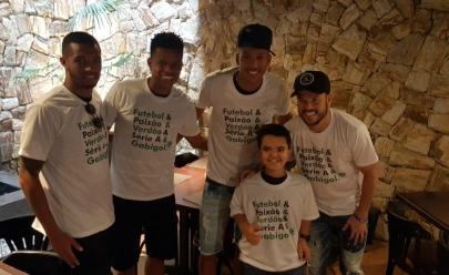 Garoto com Nanismo ganha aniversário surpresa de jogadores do Goiás