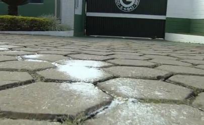 Torcida espalha sal grosso no CT do Goiás para afastar má fase na Série B