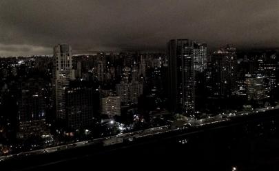 Gotham City brasileira: nuvem cobre a cidade e faz o 'dia virar noite' em São Paulo