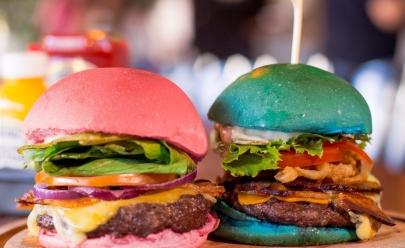 Hamburgueria de Brasília aproveita polêmica e aposta em receitas nas cores azul e rosa