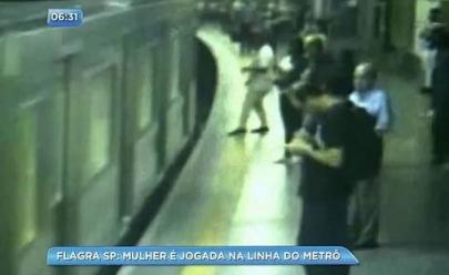 Mulher é empurrada na linha de metrô e sobrevive por milagre; assista