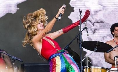 Goiânia recebe a turnê performática  da cantora Letrux no teatro Goiânia neste domingo