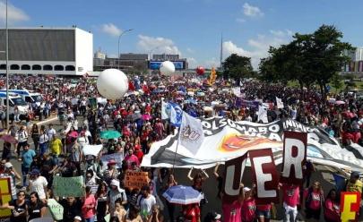 Protesto contra bloqueios na Educação reúne estudantes e professores em Brasília