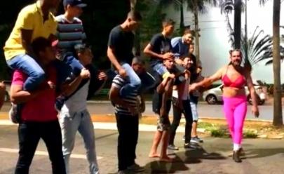 Vídeo cassetada: Bar de Goiânia promove 'Corrida Maluca' com clientes no meio da rua