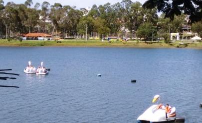 Passeio de pedalinho e banho de piscina são opções para relaxar e curtir no domingo em Uberlândia