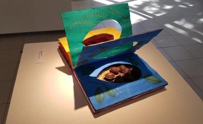 Livros descartados são transformados em obras de arte em Uberlândia; visitação é gratuita