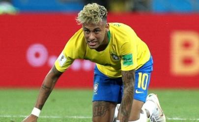 Com dores no tornozelo, Neymar deixa treino da seleção mancando