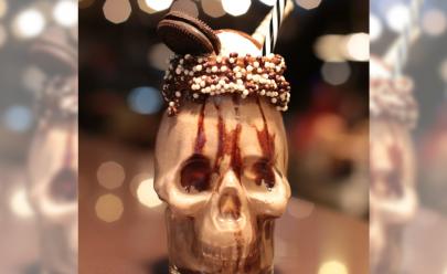 Servido em copo de caveira, milk shake de Jack Daniels faz sucesso em Goiânia