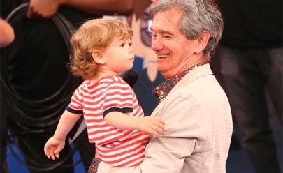 Serginho Groisman mostra filho pela 1ª vez na TV em gravação do especial de Natal do Altas Horas