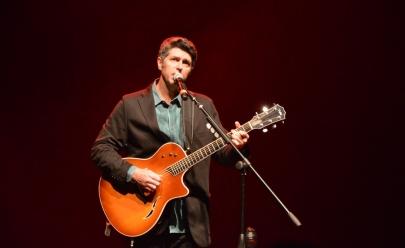 Cantor Leoni faz show gratuito em Uberlândia