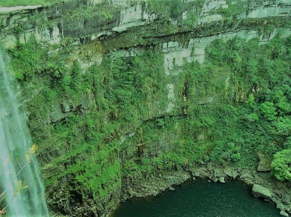 Cachoeira com queda de 96 metros é um verdadeiro paraíso perdido em Goiás