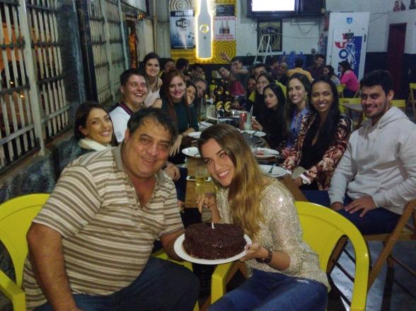 Dono de bar brinca com clientes 'sem grana', diz que só dá bolo em aniversário de rico e internautas vão à loucura