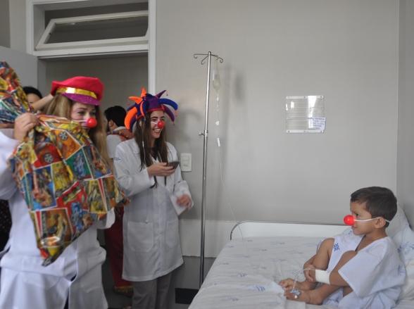 Fantasiados de doutores palhaços, jornalistas de Goiânia surpreendem e alegram pacientes do HGG