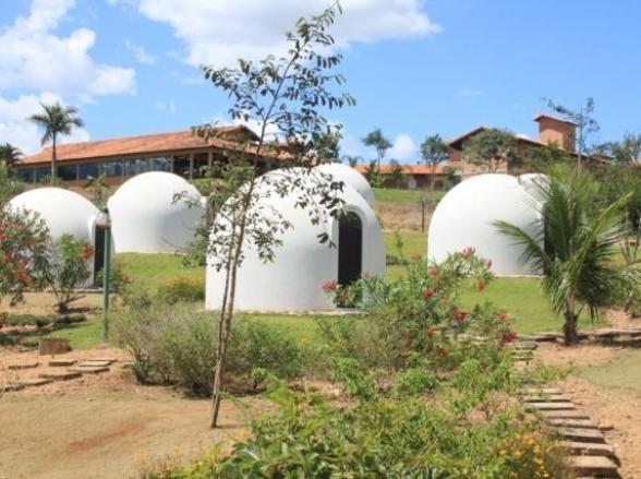 Conheça um refúgio em meio ao cerrado com chalés em forma de iglu a 220 km de Uberlândia