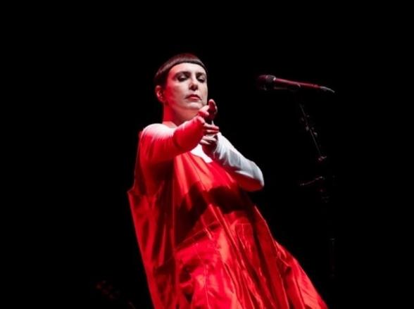 Adriana Calcanhotto faz show em Uberaba
