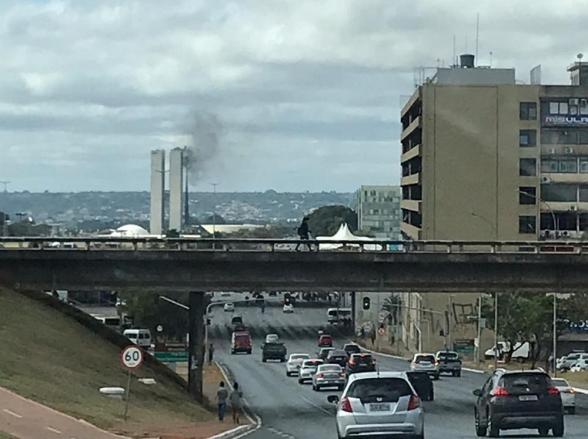 Bombeiros do DF fazem simulação de incêndio no Congresso e fumaça causa reações diversas no brasiliense