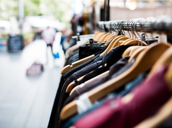Bazar em Uberlândia faz mega liquidação com todas as peças vendidas por R$ 2,00