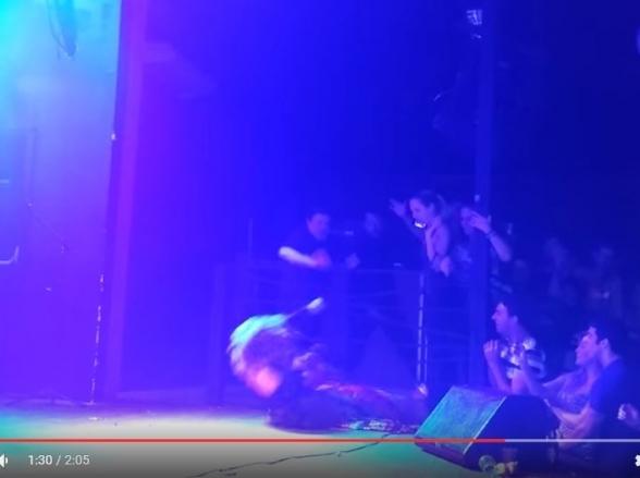 Cantora Rosana leva choque em show e desmaia no palco; assista ao vídeo