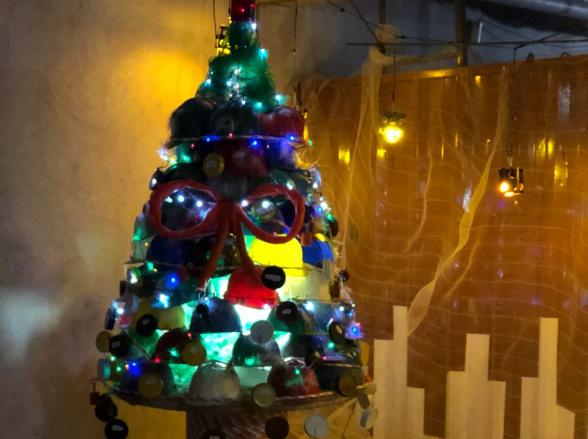 Trabalhadores criam árvore de natal a partir de resíduos dos canteiros de obras em Goiânia