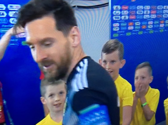 Olha a reação desse menino com um aperto de mão do Messi