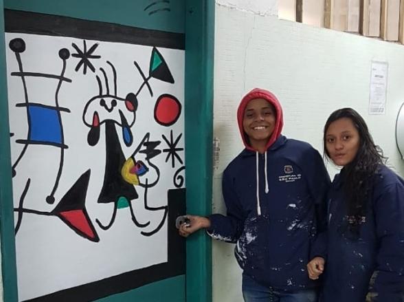 Alunos de escola pública de São Paulo reproduzem obras de grandes pintores nas portas do colégio