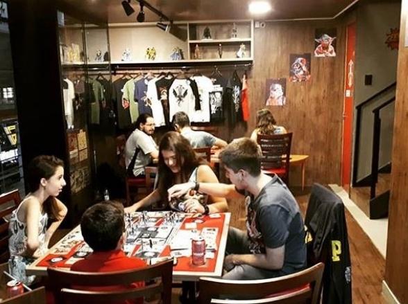 Goiânia ganha primeiro pub especializado em jogos de tabuleiros, o Geekplay