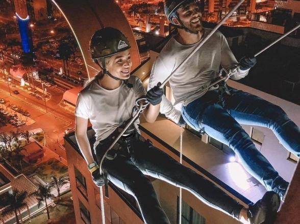 Hotel de Brasília promove mais uma edição da noite de rapel na fachada do prédio