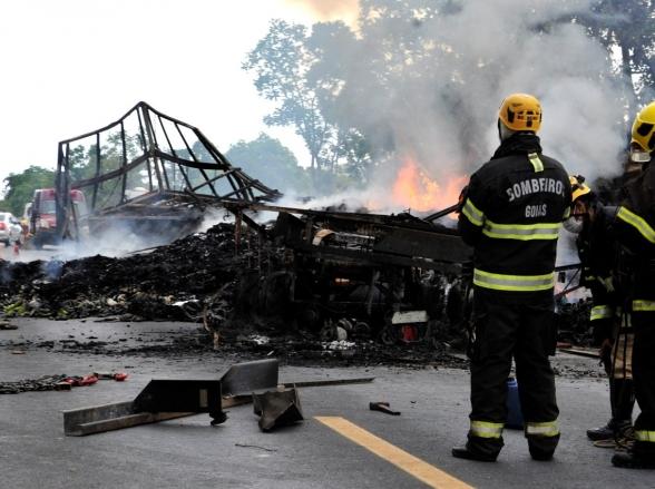 Colisão entre dois caminhões deixa mortes na BR-020; assista o vídeo